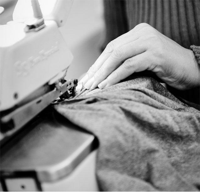 Foto em preto e branco com detalhe para costureiras e o nosso lema de mão de obrá ética e justa