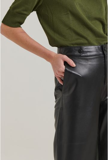 Calca-em-Couro-Legitimo-Modelagem-Pantacourt-com-Cintura-Alta-e-Preta-Detalhe