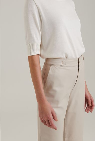 Calca-em-Couro-Legitimo-Modelagem-Pantacourt-com-Cintura-Alta-e-Gelo-Detalhe