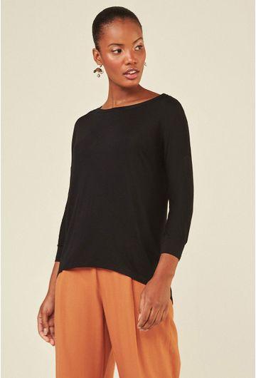 Blusa-Limoges-em-tecido-premium-com-meia-manga-e-modelagem-alongada-preta-detalhe