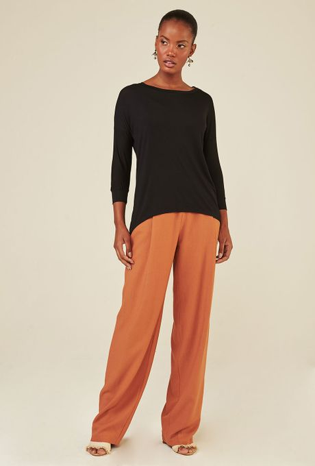 Blusa-Limoges-em-tecido-premium-com-meia-manga-e-modelagem-alongada-preta-frente