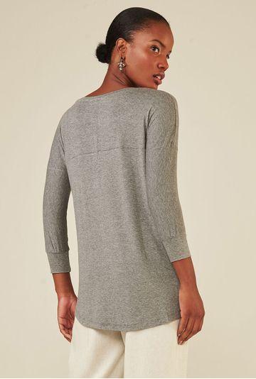 Blusa-Limoges-em-tecido-premium-com-meia-manga-e-modelagem-alongada-cinza-costas